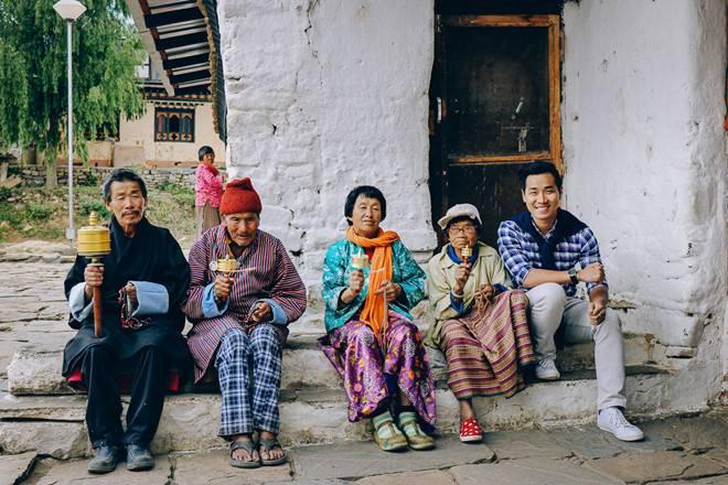 nguyen-khang-du-lich-bhutan-nguoi-lon-tuoi-va-kim-luan-chuyen-chu