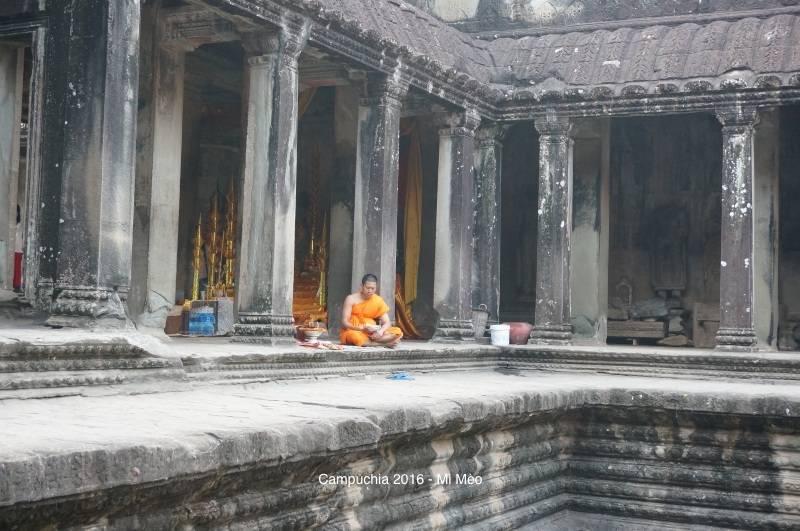 kinh-nghiem-du-lich-campuchia-2017-nha-su-trong-angkor-wat-v1