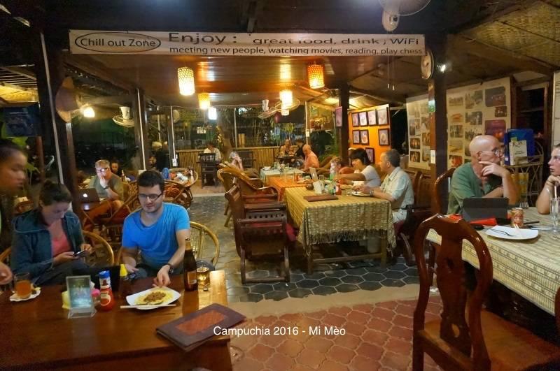 kinh-nghiem-du-lich-campuchia-2017-sanh-truoc-nha-nghi-happy-guesthouse-v1