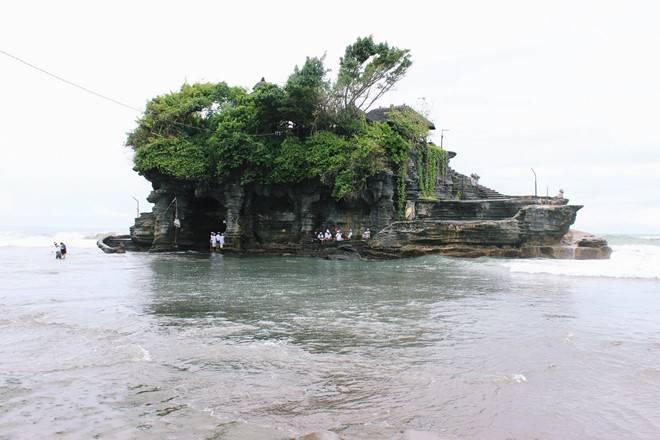 chi-phi-du-lich-indonesia-tanah-lot-nhin-tu-xa