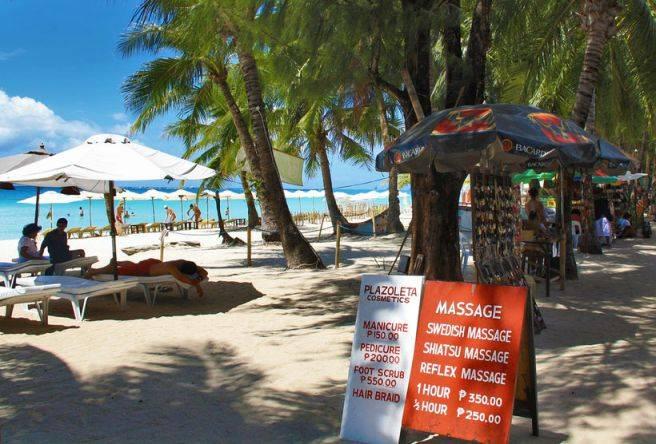 du-lich-philippines-co-an-toan-travel-philippines-beach-massage-in-boracay-philippines-sabrina-iovino-via-just1wayticket