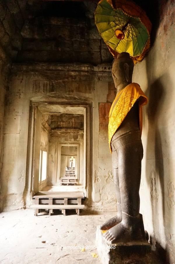 kinh-nghiem-du-lich-campuchia-2017-tuong-phat-dung-ben-trong-angkor-wat-v1