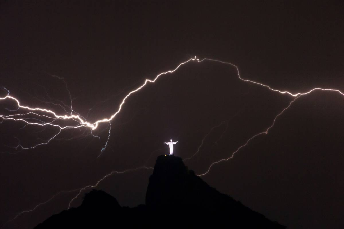 tuong-chua-kito-cuu-the-web-christ-the-redeemer-lightning-gettyimages-462554391